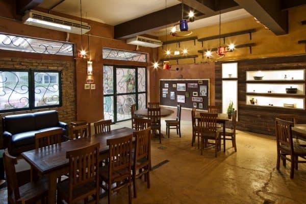 restaurante com mesas e cadeiras de madeira