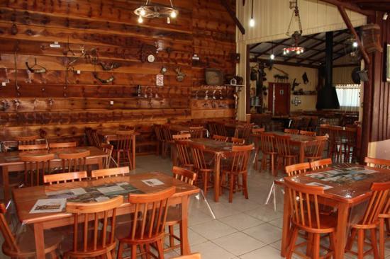 restaurante caseiro com decoracao rustica de madeira