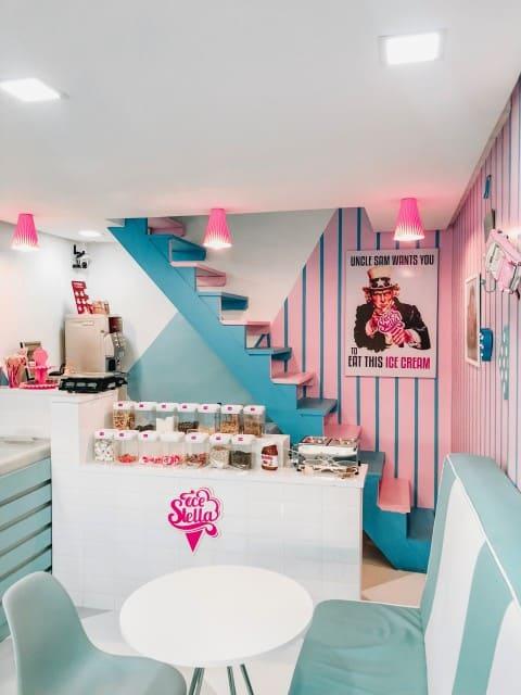 sorveteria pequena com decoracao colorida e retro