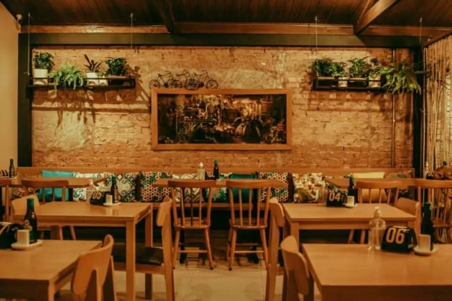 pizzaria decorada com parede de tijolinhos a vista