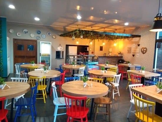 restaurante caseiro com cadeiras coloridas