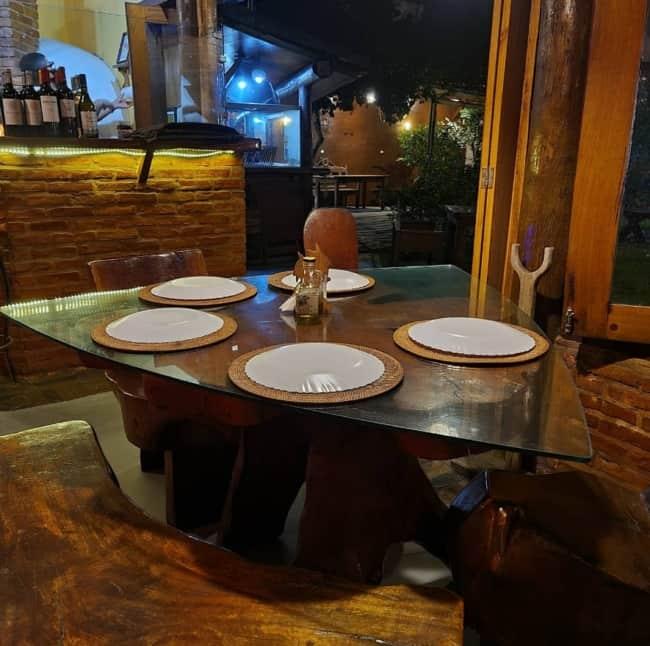 pizzaria pequena rustica com moveis de madeira