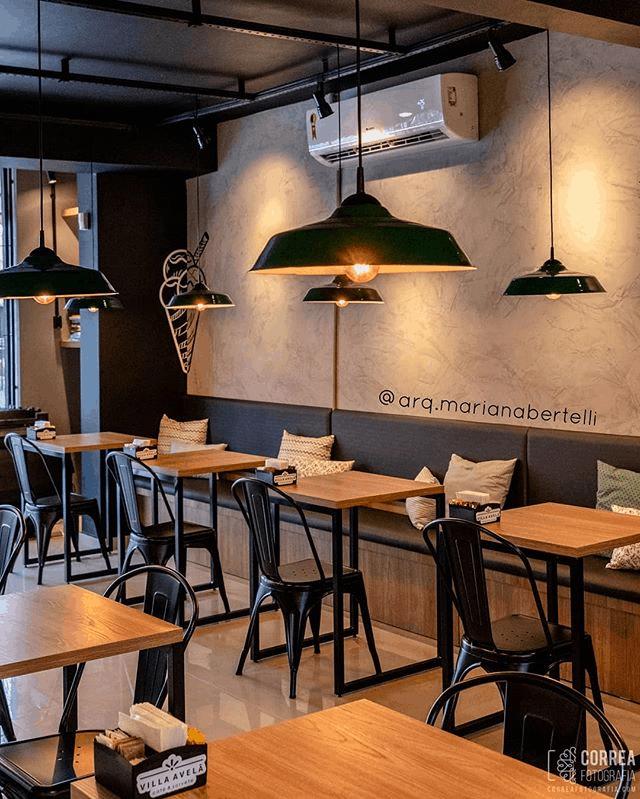 sorveteria pequena com decoracao estilo industrial e parede de cimento queimado