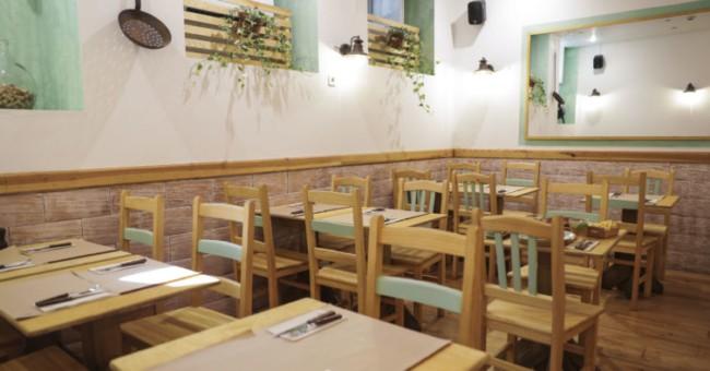 restaurante simples com mesas de madeira