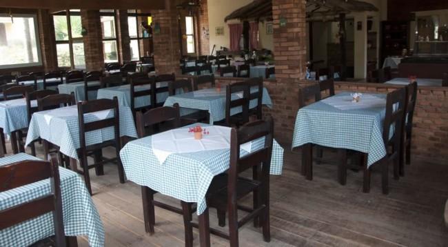 restaurante caseiro com toalhas de mesa xadrez