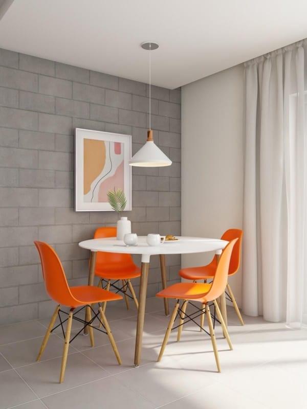 Cadeira Eames na cor laranja dando vida ao ambiente