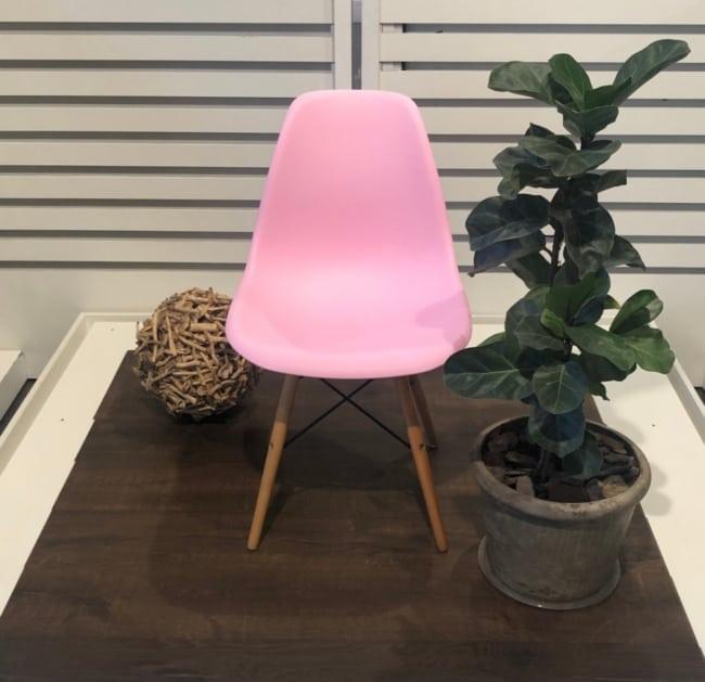 Cadeira Eames rosa oferece sutilidade ao local
