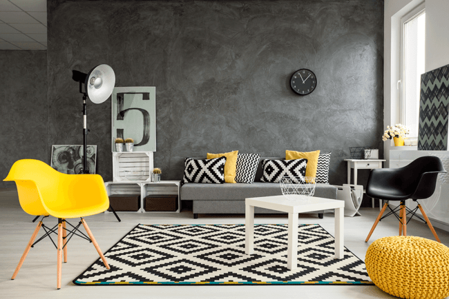 Cadeira eames amarela agregando na decoracao do local