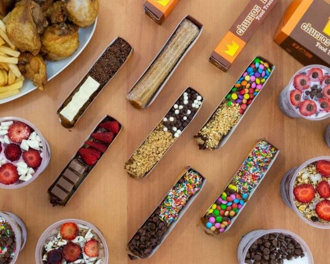 Eles podem ser montados com frutas doce de leite chocolates bolachas sorvetes entre outros