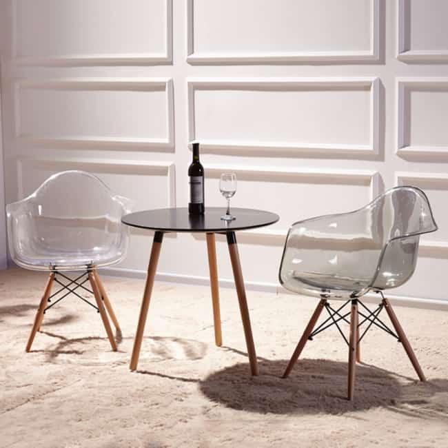 Modelo de cadeira Eames com braco transparente