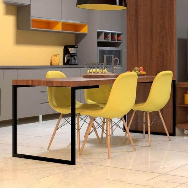 Modelo de cadeira Eames na cor amarela