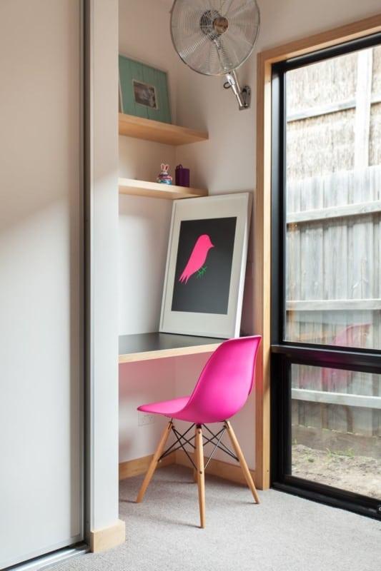Modelo de cadeira Eames rosa