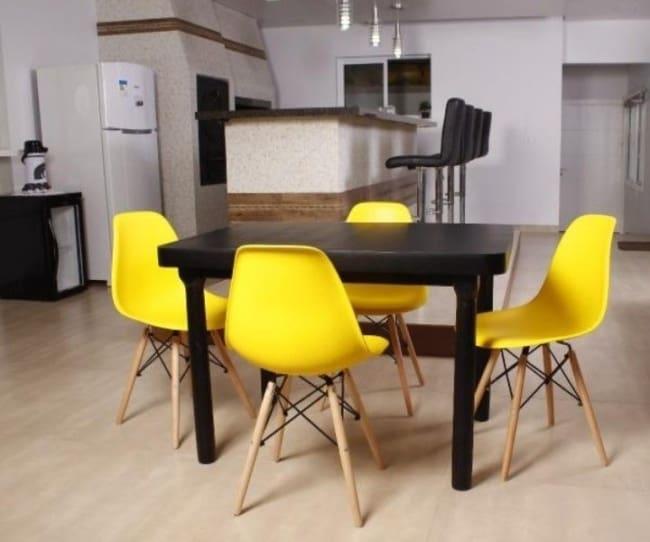 O amarelo e preto empregados na decoracao do ambiente