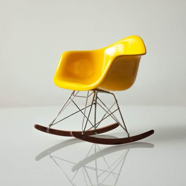 Veja no detalhe a cadeira amarela