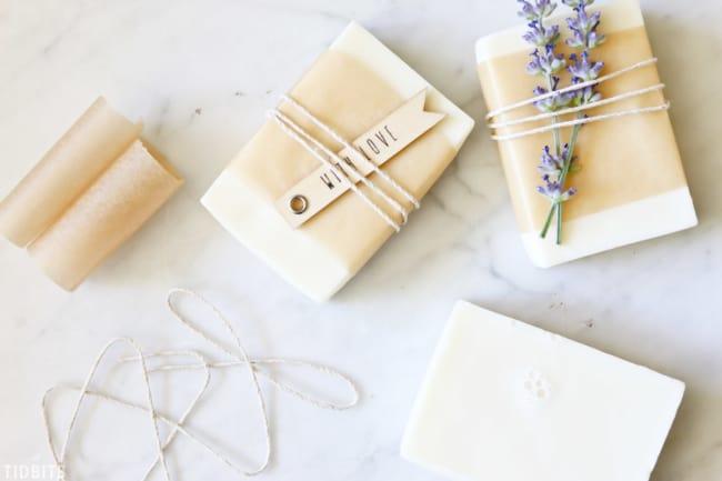 embalagem para sabonete artesanal com barbante e papel pergaminho