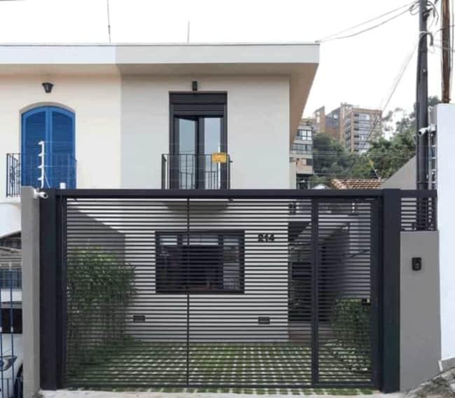 casa com portao de grade horizontal para garagem e entrada social