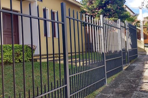 casa com portao de grade vertical