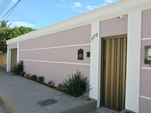 fachada de casa com portao social de aluminio fechado