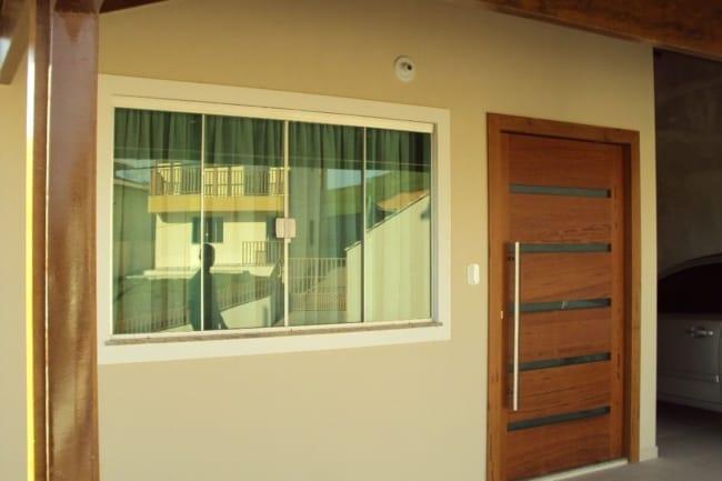 porta de madeira com faixas de vidro