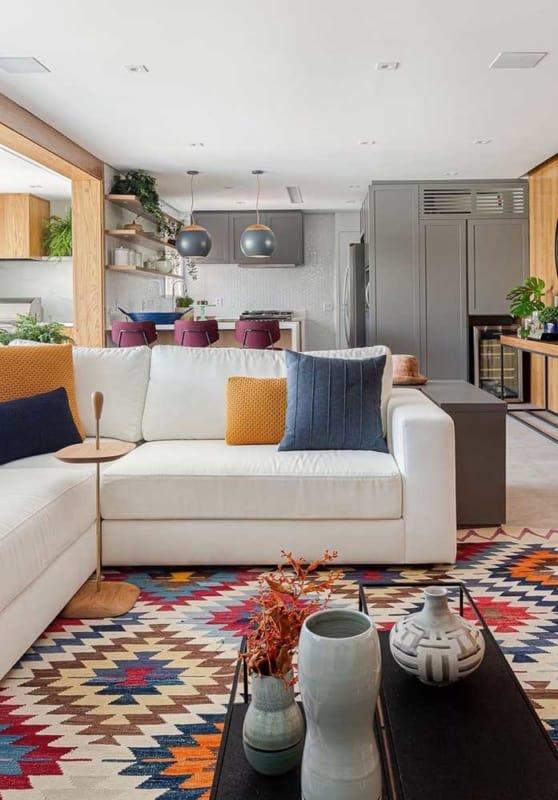 sala colorida com sofa off white