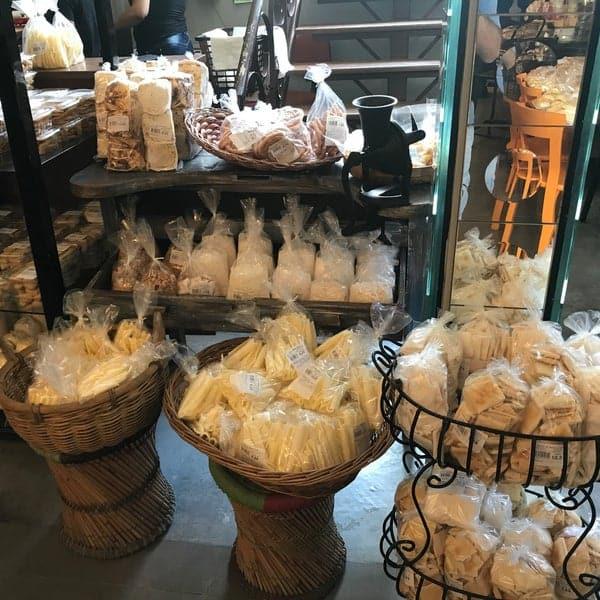 loja de biscoitos com moveis rusticos