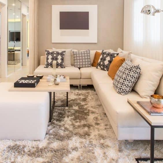sala com sofa off white e almofadas coloridas