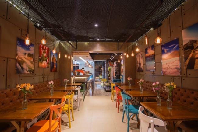 estilo aconchegante com cadeiras coloridas para cafeteria gourmet