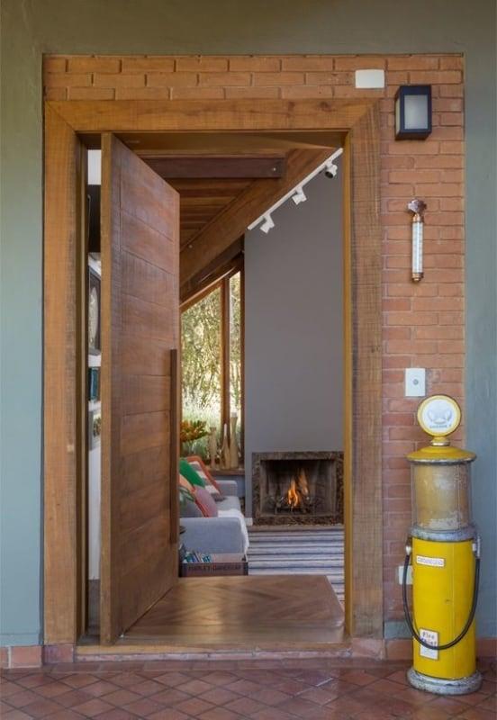 casa com porta de entrada pivotante em madeira