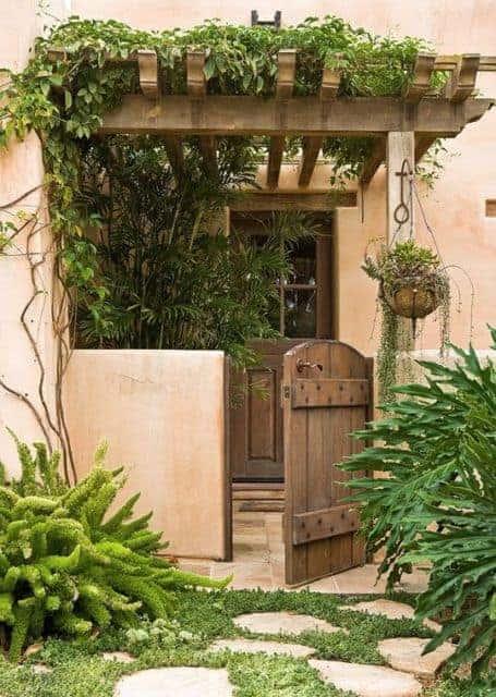portao social de madeira pequeno e em estilo rustico