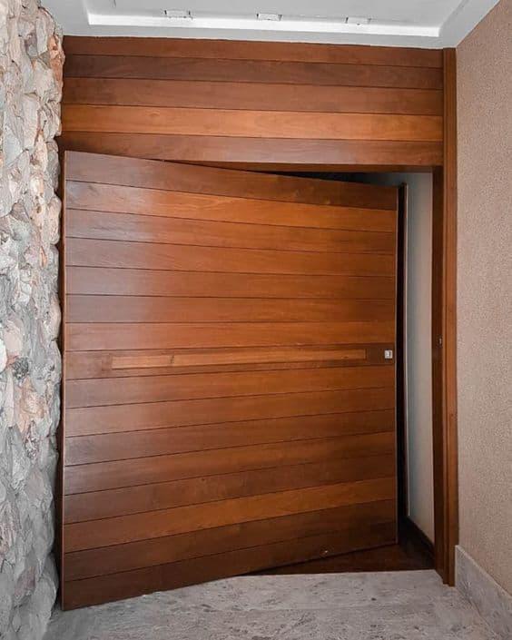 porta pivotante em madeira