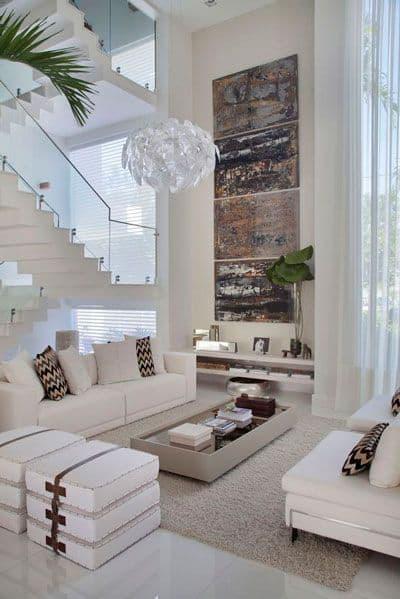 sala com pe direito duplo e parede em off white