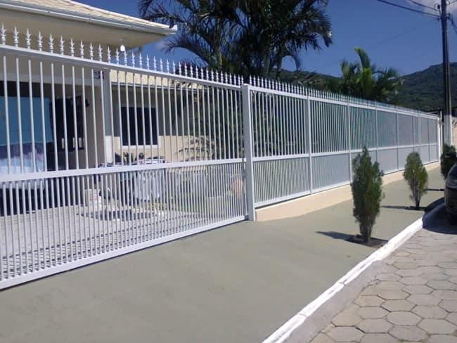 fachada de casa com portao de grade em ferro