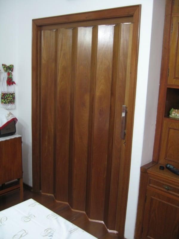 porta de madeira grande com abertura sanfonada