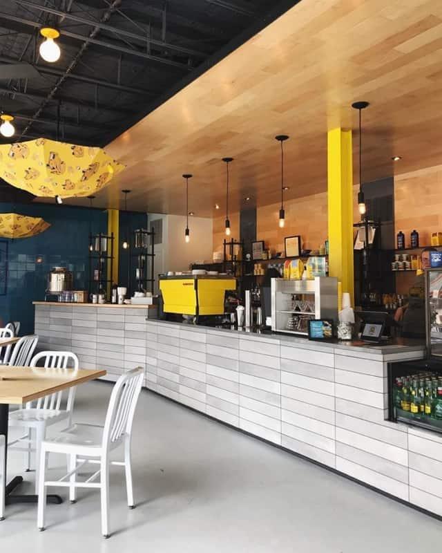 cafeteria com decoracao amarela e moderna