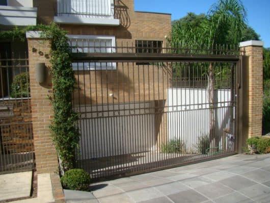 casa com portao de grade de ferro na garagem