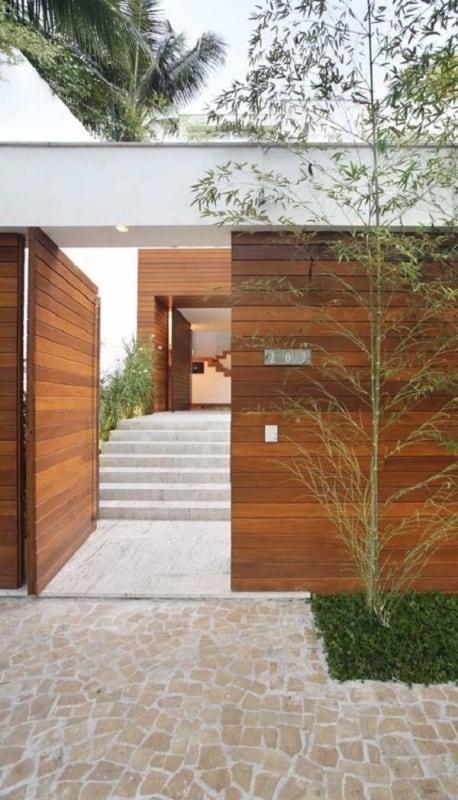 casa moderna com portao social de madeira
