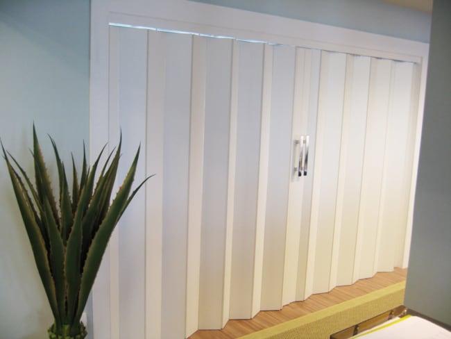 porta de madeira branca sanfonada