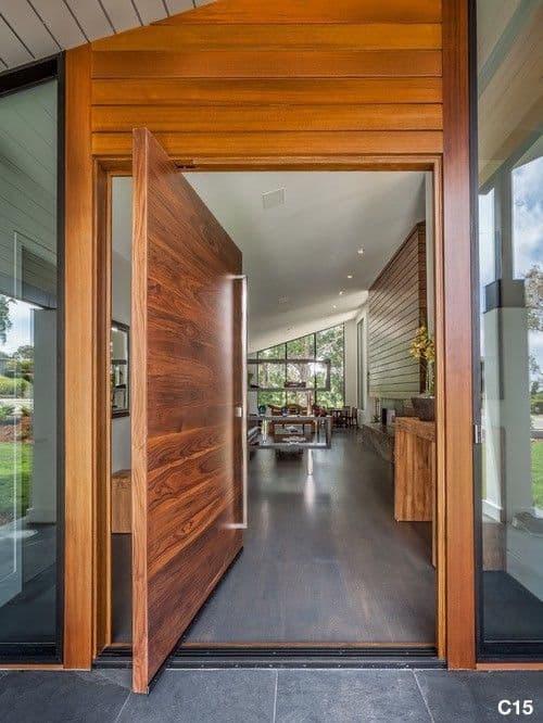 porta de madeira pivotante na entrada