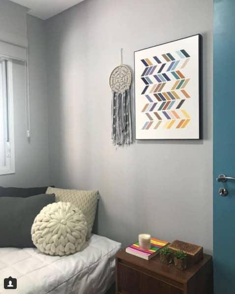 quarto de solteiro com parede cinza claro