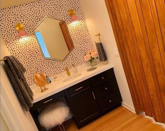 banheiro com porta de madeira sanfonada
