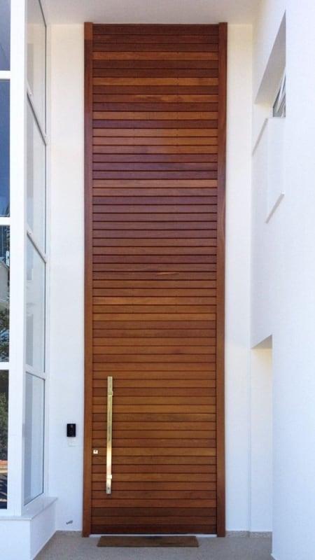 casa com porta de madeira para pe direito duplo