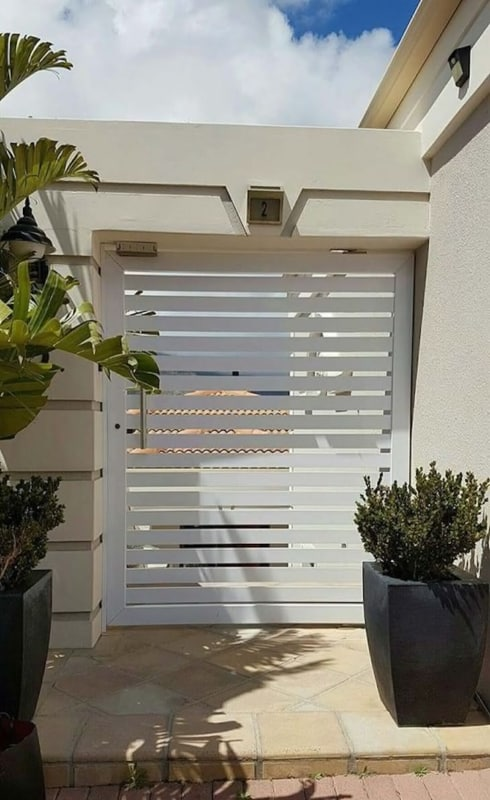 casa com portao social de aluminio