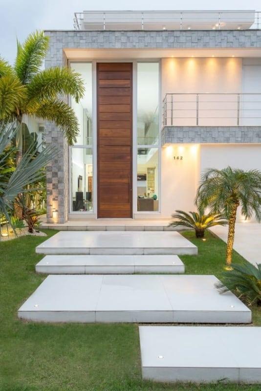 casa moderna com porta de entrada em madeira