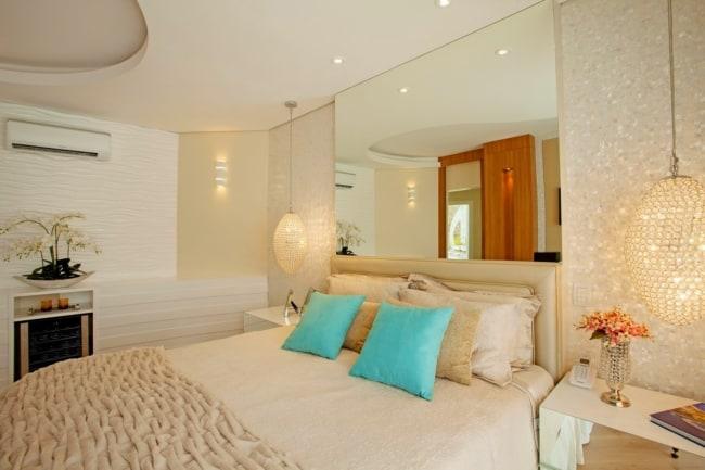 quarto de casal off white com almofadas turquesa