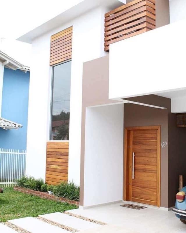 casa com porta de entrada simples em madeira