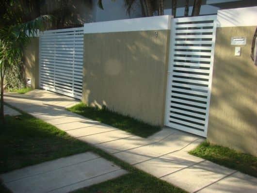 fachada de casa com portao de grade horizontal