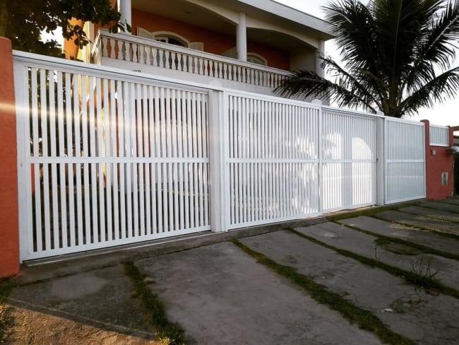 casa com portao de grade em aluminio branco