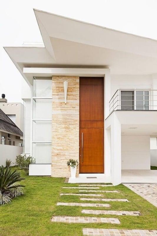 casa com pe direito duplo e porta de madeira