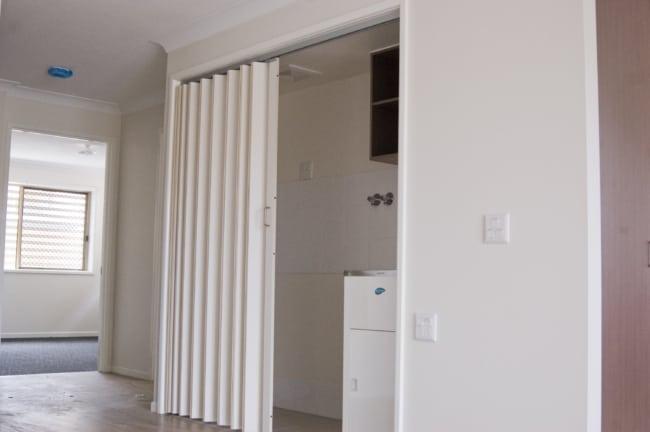 modelo de porta de madeira sanfonada branca