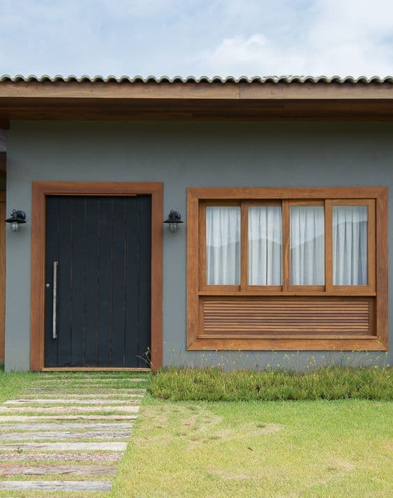 fachada de casa com porta de madeira preta